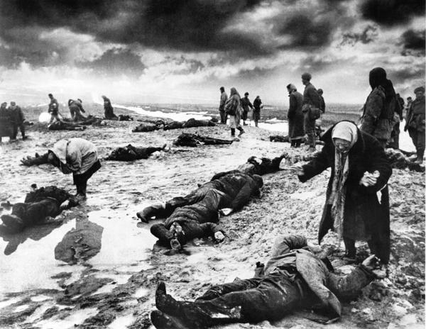 Сбитый немецкий Мессершмит в центре Сталинграда, 1943 год, фото.