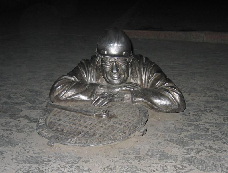 волгоград памятник сантехнику фото скамье