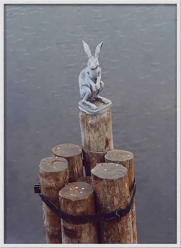 Зайчику, спасшемуся от наводнения,высота фигурки 58 см, скульптор В.Петровичев, установлен к 300 летию Петербурга, в мае 2003 года