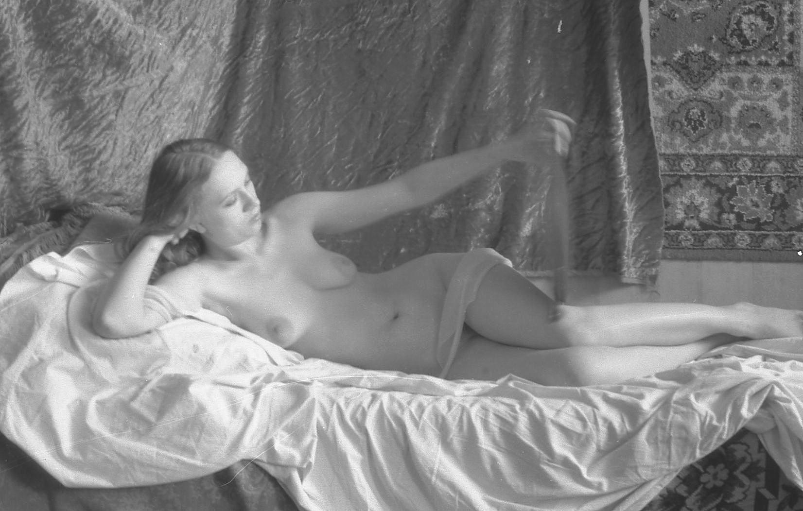 Эротическое фото натурщицы, девушка чулки подтяжки блузка эротика
