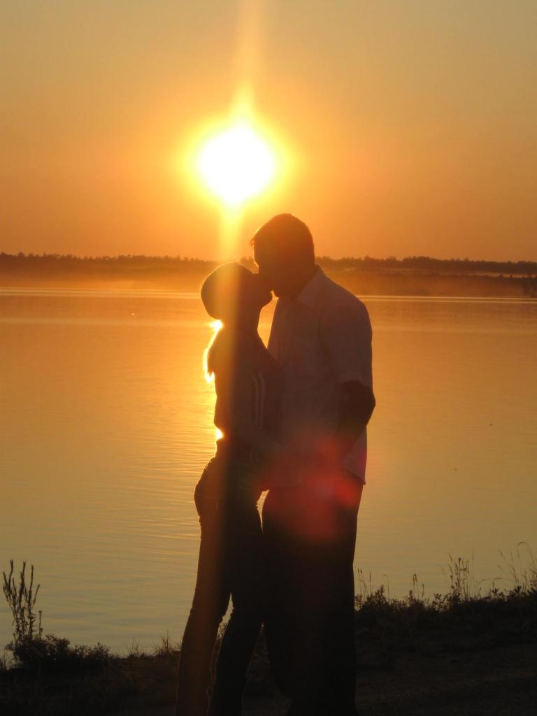 Картинка парень с девушкой встречают рассвет