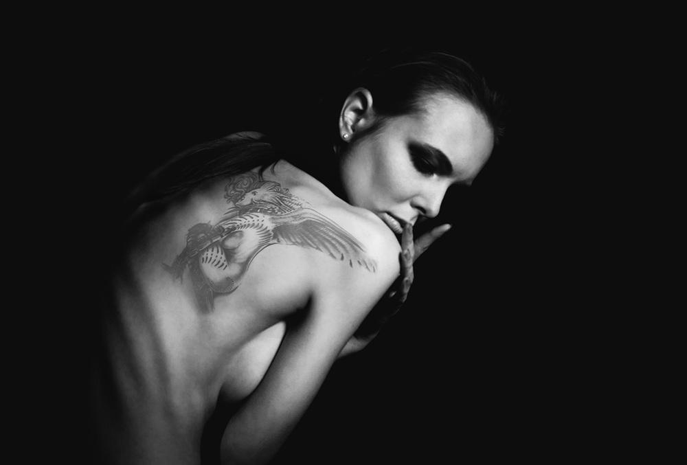 Девушка с татуировкой не дракона / Легкая эротика / GetFap.