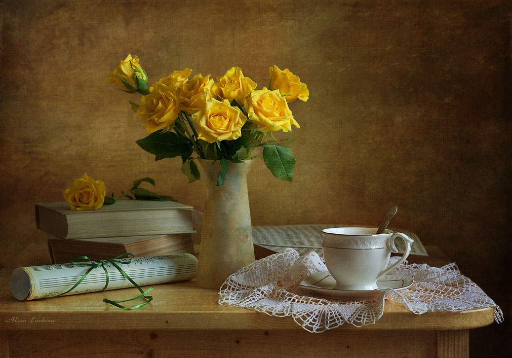 желтые цветы и свечи фото натюрморт левой