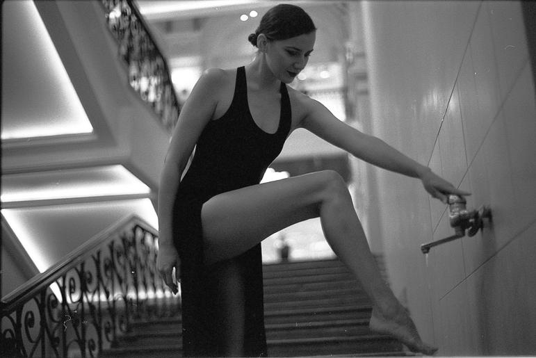 Фото правой ноги девушки