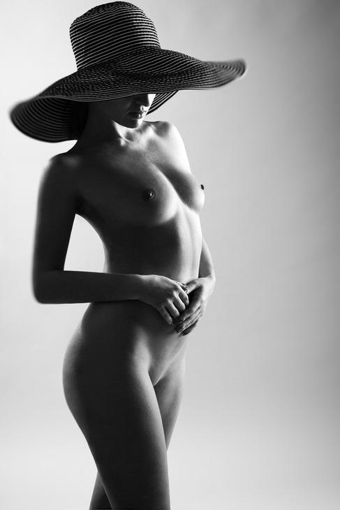В черной шляпе эротика фото